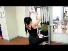 упражнения для набора массы для девушек - тяга с верхнего блока узким параллельным хватом