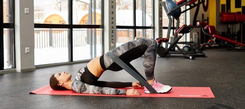 упражнения с фитнес резинкой для тренировки ягодиц